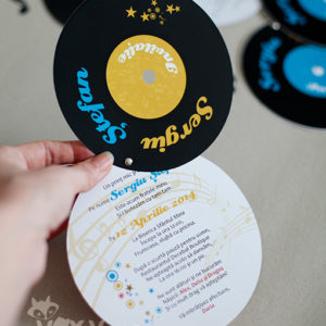 invitatie disc vinil, invitatie personalizata, invitatie botez disc vinil, invitatie nunta disc vinil, vixy.ro, disc vinil, papetarie personalizata botez, invitatii deosebite, invitatie tematica, tema muzicala