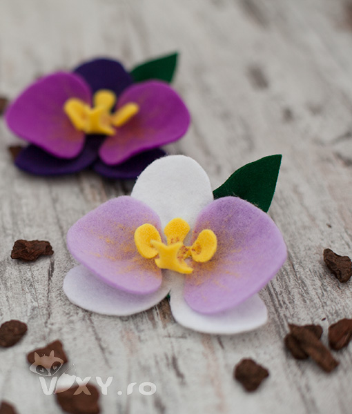 brosa orhidee, brosa cocarda orhidee handmade, orhidee handmade, vixy.ro, orhidee din fetru, orhidee lucrata manual, nunta handmade, nunta deosebita, cocarde deosebite, cocarda orhidee handmade, martisor orhidee handmade, orhidee