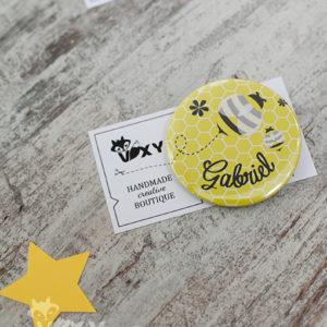 insigne personalizate albinuta, ecusoane personalizate albinuta, insigne copii tema albinute, marturii botez, botez personalizat albinuta, petreceri tematice, vixy.ro, insigne pentru copii