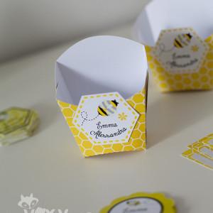 papetarie personalizata candy bar, tema albinute, cutie personalizata albinuta, cutiuță albinuță, cutiuțe marturii albinuțe, vixy.ro, tema botez albinuțe, tema albinuță, petrecere personalizată albinuță, candy bar albinuta